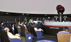 オープンした「かわさき宙と緑の科学館」の世界最新鋭のプラネタリウム投影機(28日午前、川崎市多摩区)=共同