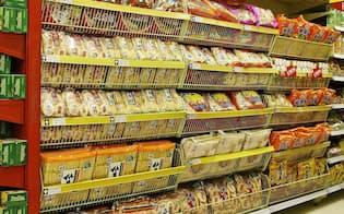 中国の店頭に並ぶ旺旺集団の商品(岩塚製菓提供)