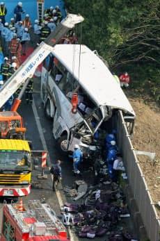 関越自動車道で側壁に衝突し、多数の人が死傷した高速バス(29日、群馬県藤岡市)=共同