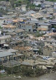 竜巻とみられる突風で倒壊した住宅(6日午後、茨城県つくば市北条)=共同