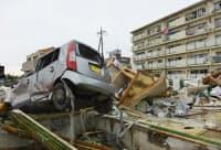 大破した車が散乱する集合住宅(6日、茨城県つくば市)