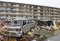 大破した車が散乱する集合住宅の周辺(6日、茨城県つくば市)