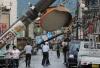 電柱がなぎ倒された商店街(6日、茨城県つくば市)