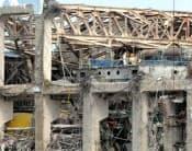 東京電力は2月20日、福島第1原子力発電所内で実施されている保安検査の一部を報道陣に公開した。福島第1原発4号機で作業する人たち。左下は原子炉格納容器のふた(福島県大熊町)