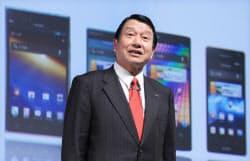 夏モデルのスマートフォンを発表するNTTドコモの山田社長(16日、東京都港区)