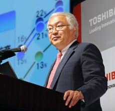 中期経営計画について説明する東芝の佐々木社長(17日午後、東京都港区)