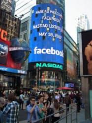 ナスダック市場の巨大な電光掲示板には「ようこそフェイスブック」とのメッセージが表示された(ニューヨーク)