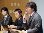 決算発表するグリーの田中良和社長(右)(8日午後、東京・六本木)