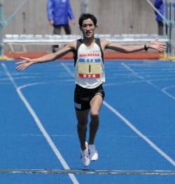 仙台国際ハーフマラソンを1時間3分32秒で走り、日本人トップの2位でゴールする藤原新(13日、仙台市陸上競技場)