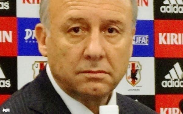 日本サッカー協会はW杯アジア最終予選に臨む代表メンバー25人を発表した。記者会見するザッケローニ監督(24日、東京都文京区)=共同