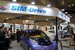 シムドライブのブースに展示された試作2号車(左)と1号車(23~25日まで開催中の「人とくるまのテクノロジー展」パシフィコ横浜、横浜市)
