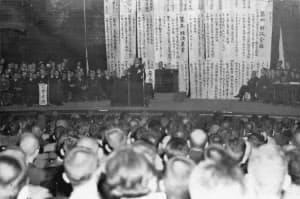 日比谷公会堂で開催された日本自由党の結成大会(1945年11月9日)=朝日新聞社提供