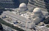 再稼働するかどうかが焦点になっている関西電力の大飯原子力発電所(右から)3号機、4号機(福井県おおい町)=共同