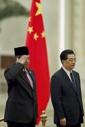 3月23日、北京で会う中国の胡錦濤国家主席とインドネシアのユドヨノ大統領=AP