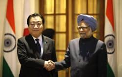 2011年12月28日、ニューデリーで首脳会談に臨む野田首相(左)とインドのシン首相=AP