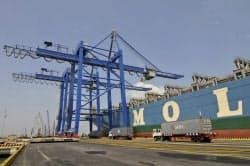 カイメップ港で荷役中の商船三井のコンテナ船