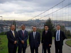 IHIがトルコで建設を手掛けたボスポラス第2大橋。この実績が評価され、イズミット湾横断橋の受注にもつながった。中央はIHIの釜和明会長、その左隣がインフラ事業担当の井元泉取締役