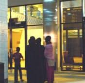 バングラデシュからは800万人が中東やマレーシアなどへ出稼ぎに出る(4月、チッタゴン空港で夫に別れを告げる家族)