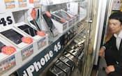 デジタル家電の販売店に並ぶ中古スマートフォン(東京都千代田区のじゃんぱら秋葉原D-style)