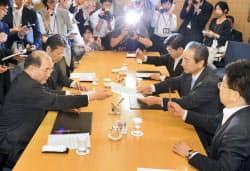 修正協議で社会保障に関する文書を交わす民自公3党の実務者(15日、東京都港区)