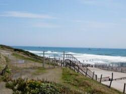 海岸の砂丘堤防の向こうにみえる取水塔