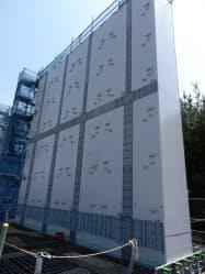 鋼板と鉄筋コンクリートでできた防波壁の1ブロックは長さ12メートル