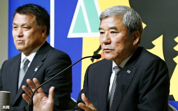 日本サッカー協会の会長に就任し記者会見する大仁邦弥氏。左は田嶋幸三副会長(24日午後、東京都文京区)=共同