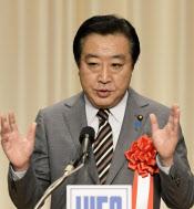 首相は民主・輿石幹事長による収拾策をはね付け、小沢元代表との対決姿勢を鮮明にした(6月30日、都内のホテル)=共同