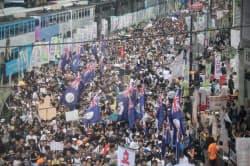 香港中心部で返還15周年の大規模デモを展開する市民ら(1日午後)