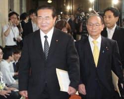 離党届を提出するため幹事長室に入る民主党の山岡氏=左(2日、国会内)