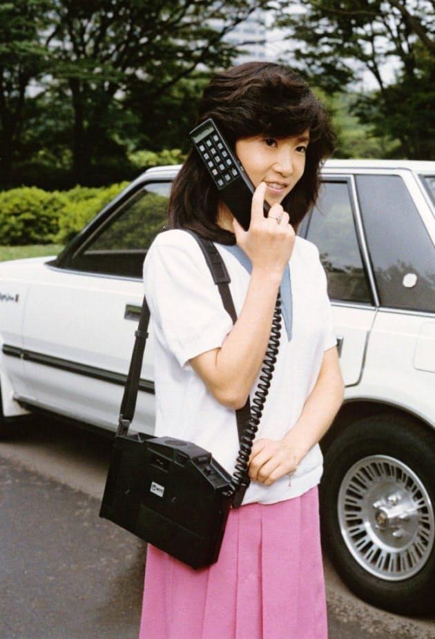 NTTが1985年9月に発売した肩にかける「ショルダーホン(100型)」。自動車電話が携帯電話に変わる過程で生まれた