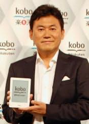 専用端末「コボタッチ」を手にする楽天の三木谷浩史社長(2日、東京都港区)=共同
