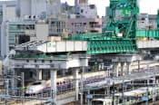 神田駅で工事が進む東北縦貫線。東北新幹線の上に橋桁を通し、線路を敷設する