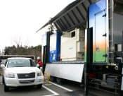 燃料電池車の普及への動きは加速(移動式の水素ステーションから充填している様子=栃木県日光市)