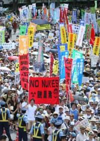 脱原発集会に参加し、デモ行進する人たち(16日、東京都渋谷区)