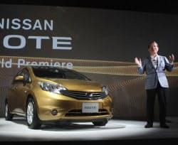 新型「ノート」を発表する日産自動車の志賀COO(16日、横浜市中区)