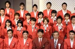 ロンドン五輪陸上代表の結団式で、記念写真に納まる選手ら(21日、東京都内のホテル)=共同