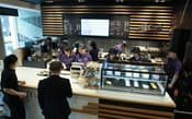 マクドナルド原宿表参道店内に開いたカフェ(23日午前、東京都渋谷区)