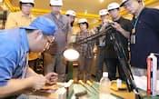 鎌倉投信が主催する投資先の工場見学ツアーに参加した人たち(岐阜県高山市の和井田製作所)