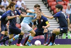 スペイン選手を取り囲むようにして守る(右から)山村、吉田、山口=共同