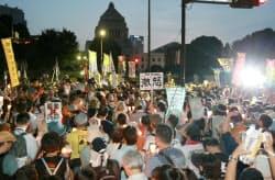 国会周辺で行われた脱原発デモに参加する人たち(29日午後、東京都千代田区)