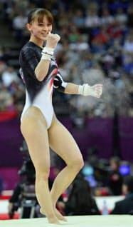 女子予選で段違い平行棒を終え、笑顔を見せる田中理恵(ノースグリニッジ・アリーナ)=共同