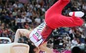 体操男子団体決勝、最終演技のあん馬でバランスを崩す内村(30日)=写真 佐光恭明