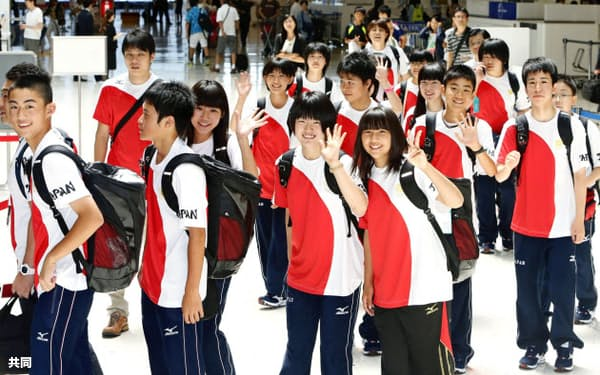 五輪観戦のため成田空港を出発する、東日本大震災で被災した岩手、宮城、福島、茨城4県の中学生(1日)=共同