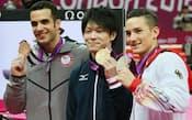 表彰式を終え、金メダルを手に喜ぶ内村=写真 佐光恭明