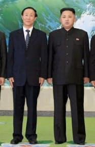 中国共産党の王家瑞中央対外連絡部長(左)と写真に納まる金正恩第1書記(2日、平壌)=新華社・共同