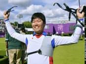 男子個人決勝を終え、銀メダル獲得を喜ぶ古川高晴(3日、ローズ・クリケット場)=共同