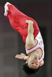 男子個人決勝で演技する伊藤正樹(3日、ノースグリニッジ・アリーナ)=共同
