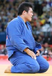 男子100キロ超級、2回戦でベラルーシ選手に敗れ座り込む上川=写真 佐光恭明