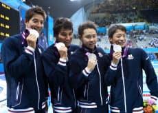 男子400メートルメドレーリレー決勝で銀メダルを獲得した日本チーム=写真 小川望